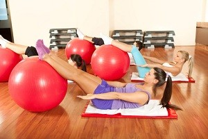 Pilates oefeningen in de sportschool